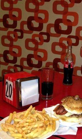 Café Ramona: Hambúrguer e porção de fritas