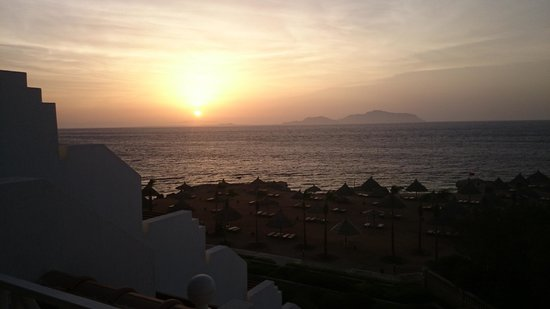 Sheraton Sharm Hotel, Resort, Villas & Spa: Sunrise over Tiran Island