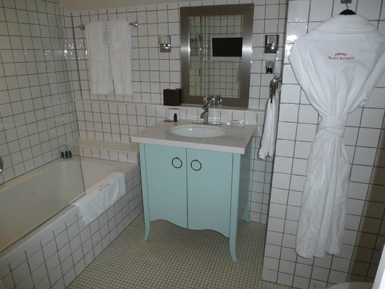 Auberge Saint-Antoine: Spacious bath
