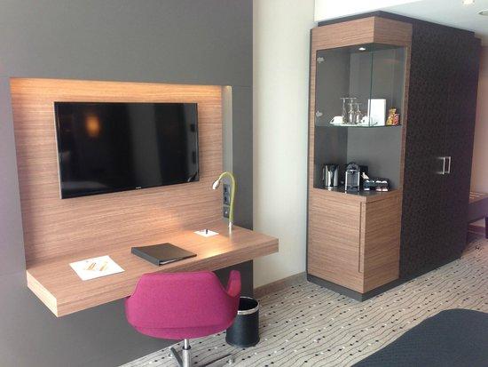 Steigenberger Hotel Am Kanzleramt: Arbeitsbereich, Nespresso- Kaffeemaschine, Minibar