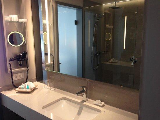 Steigenberger Hotel Am Kanzleramt: Badezimmer: viel Ablagefläche, große Spiegel, sehr sauber
