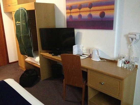 Comfort Inn Manchester North: TV and storage