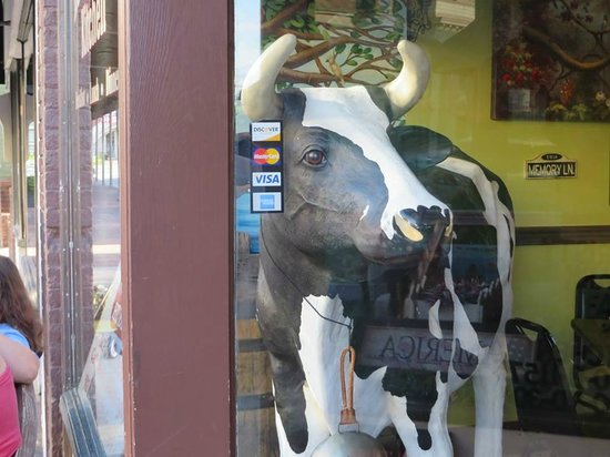 Mammy's Kitchen : The hotel clerk told us to look for the cow in the window
