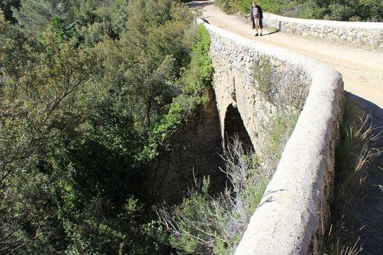 AUBERGE SAINT PIERRE : le pont romain à proximité