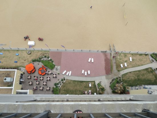 Wyndham Virginia Beach Oceanfront: Aerial view of hotel beach-front plaza