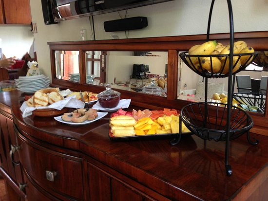 Casa Castellana Bed & Breakfast Inn: The breakfast buffet, yum, tropical fruits, toast, cheese, sausage
