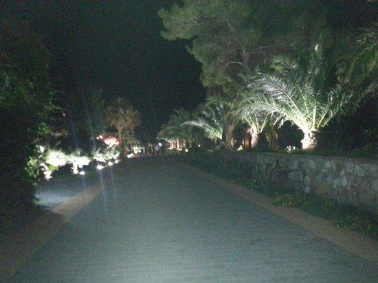 Vascellero Club Resort: Il corridoio di notte e' stupendo con tutte le luci ottima manutenzione gli operai hanno fatto u