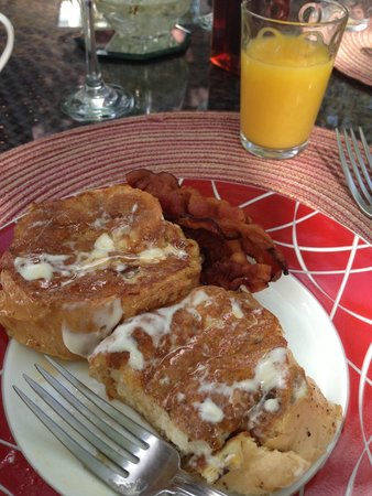 Casa Castellana Bed & Breakfast Inn: Sample breakfast entree, French toast the way Natalia's grandma made it.