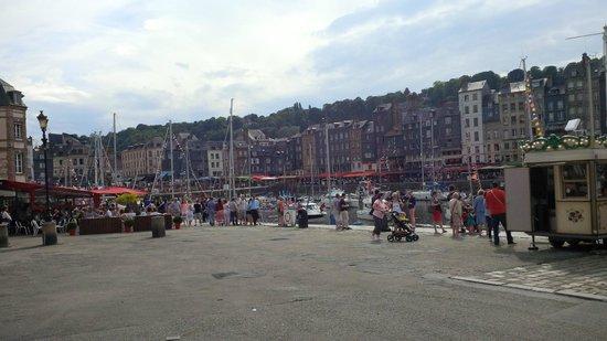 Le Vieux Bassin : Les façades du quai Sainte Catherine aperçues depuis le quai Saint-Etienne