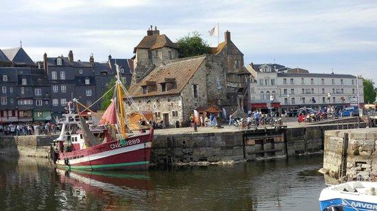 Le Vieux Bassin : La Lieuteunance depuis le quai Saint-Etienne