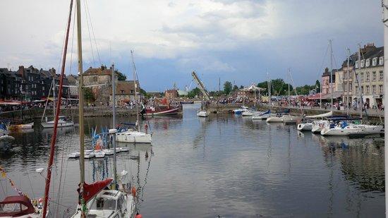 Le Vieux Bassin depuis son extrémité sud située dans l'axe de la rue de la République