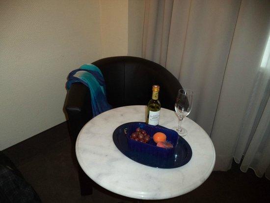 Monopol Hotel: Столик в номере