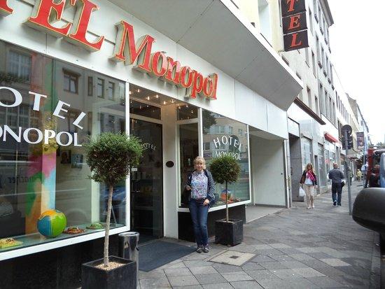 Monopol Hotel: Вход в отель