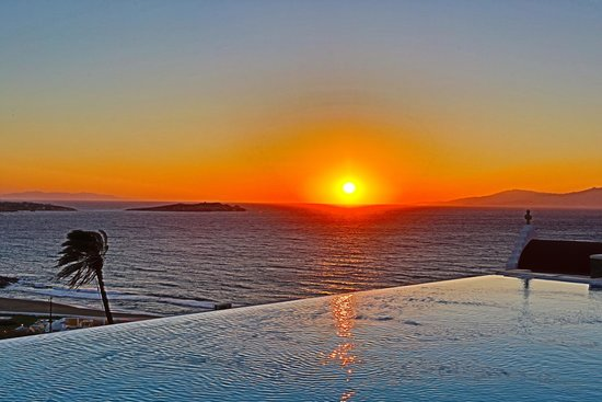 Bill & Coo Suites and Lounge : poolside sunset