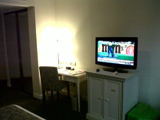 Amerian Buenos Aires Park Hotel: Escritorio y frigobar