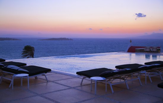 Bill & Coo Suites and Lounge : View from infinity pool