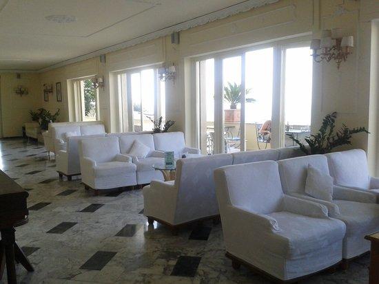 Cristina Hotel: The lounge