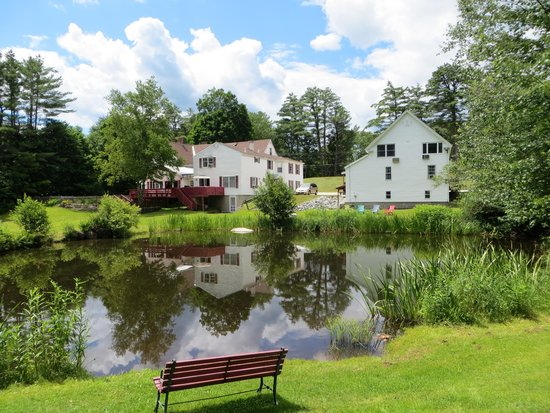 Cranmore Mountain Lodge Bed and Breakfast: Relax by the pond