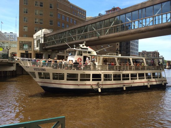 Milwaukee Boat Line: Heading down the river