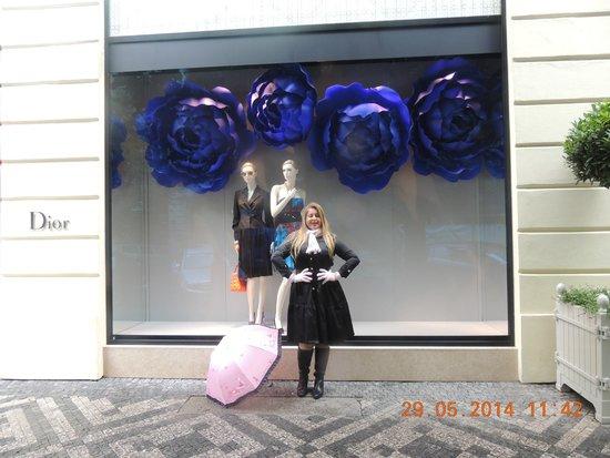 Ta Fantastika Black Light Theatre: Loja da Dior, ao lado do Teatro Negro!