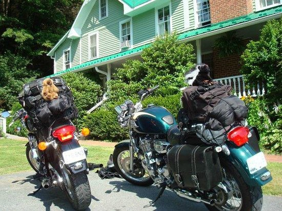 The Mast Farm Inn : Bikes and main house at Mast Farm Inn