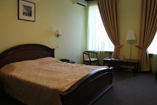 M-Hotel: комната с видом на лужайку перед входом в гостиницу
