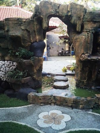Bule Homestay : walk through water feature to delux room