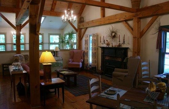 Inn at Silver Maple Farm: Fireplace