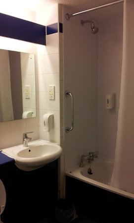 Travelodge Bristol Central: bathroom