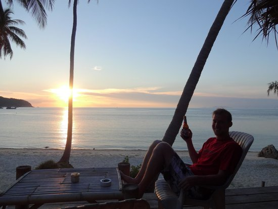 Coconut Beach Bungalows: Amazing sunset while enjoying a Chang