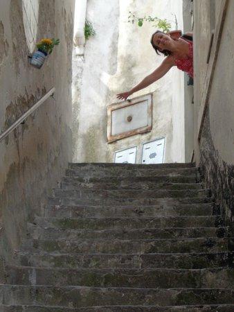 Residenza Sole: La escalera es 5 veces más grande que la porción que sale en la foto !