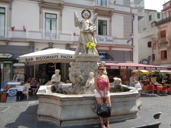 "Residenza Sole: La ""Fontana"" de la Plaza Principal de Amalfi."