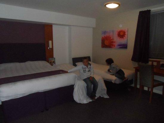 Premier Inn London Hanger Lane Hotel: Super grande y cámadas muy cómodas y almohadas diferentes para elegir.