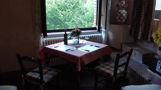 Poderi Val Verde: Getting things ready for a romantic dinner by the window in La Bellavista.