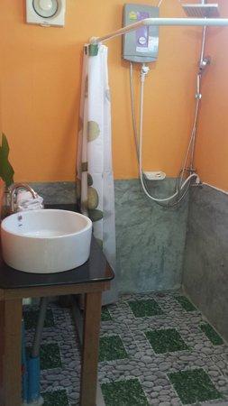 THINK & Retro Cafe Lipa Noi: Bathroom