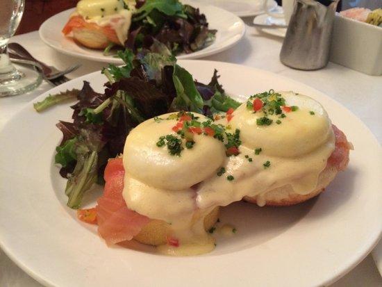 Sarabeth's Central Park South: Eggs Benedict com salmão defumado.