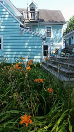 Spinning Wheel Bed and Breakfast: Gardens Galore