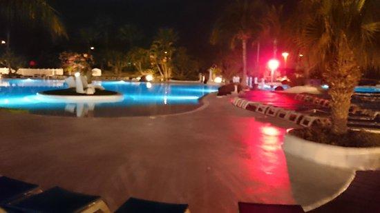 Parque Santiago Villas: pool at night