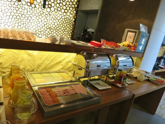 MOODs Boutique Hotel: Breakfast area - lots of options