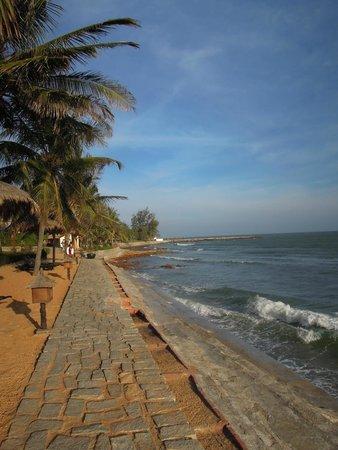 Victoria Phan Thiet Beach Resort & Spa: Strandpromenad, men var är stranden?