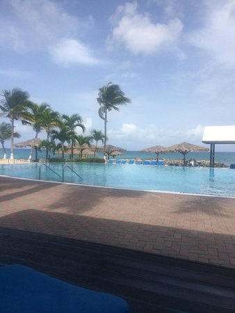 Flamingo Beach Resort: great pool and beach