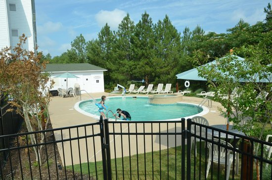 Homewood Suites by Hilton Olmsted Village (near Pinehurst): Beautiful swimming pool.