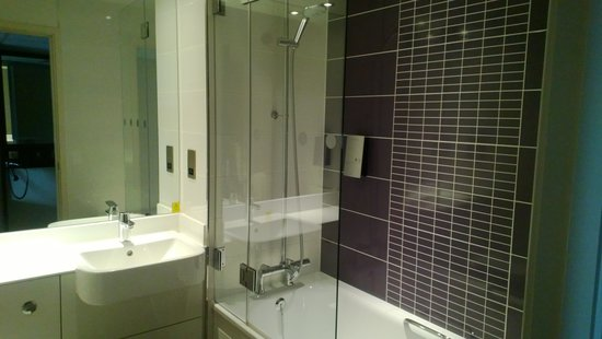 Bathroom picture of premier inn bedford south a421 hotel bedford tripadvisor Premiere bathroom design reviews