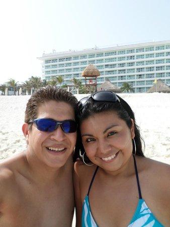 Krystal Cancun : mi pareja y yo con fondo el hotel