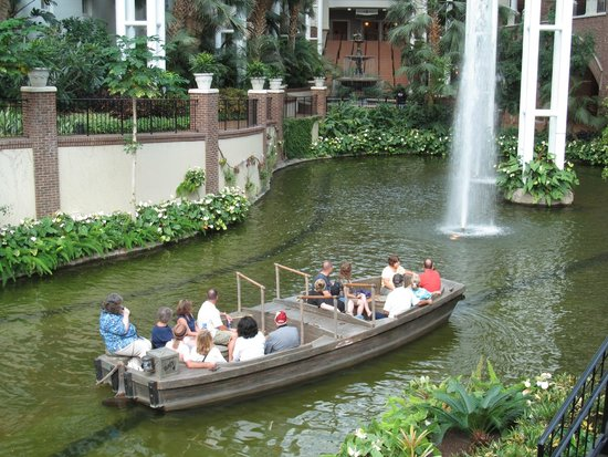 Gaylord Opryland Resort & Convention Center: Boat ride in hotel.