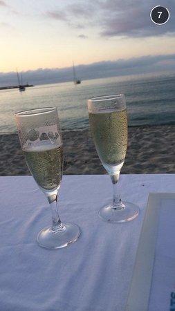Restaurant le Marinella : muscat pétillant sur la plage