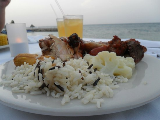 Royal Decameron Club Caribbean : Rice, veggies, plantain, chicken and drinks by the sea? What a wonderful first evening!