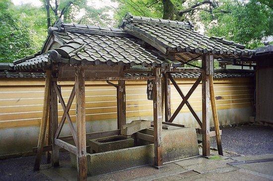 Kinkaku-ji (Goldener-Pavillon-Tempel): Ablution