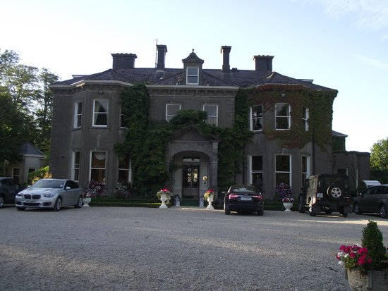 Tinakilly Country House Hotel & Restaurant: Front of Inn view