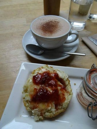 Edinburgh Larder Cafe: Perfect scone with fresh jam and clotted cream and an organic hot chocolate